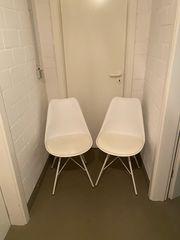 2 weiße Stühle