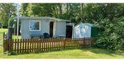 Campingplatz mit Wohnwagen und festen