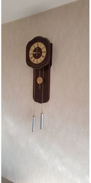 Holz-Wanduhr mit Messing Pendel und