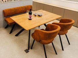 Essecke mit Tisch, Bank und 2 Stühlen
