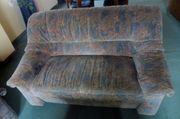 2 Zweisitz-Hochlehn-Sofas und Couchtisch