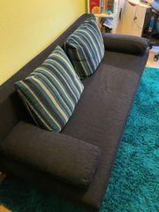 Schönes blaues Sofa mit Ausziehfunktion