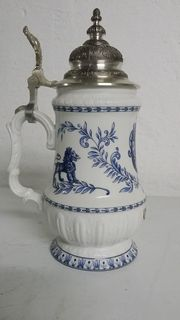 schöner Bierkrug mit blauweißem Muster