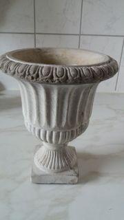 Blumentopf aus Stein in grau