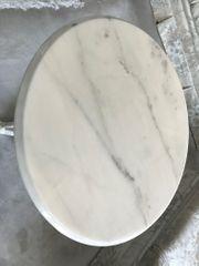 Eleganter Marmortisch mit Gußeisendreifuß