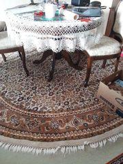 Tisch mit Stühlen und Teppich