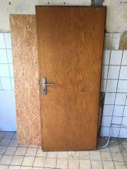 Alte stabile Tür als Deko