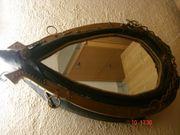 Altes handgefertigtes Pferdekummet mit Spiegel
