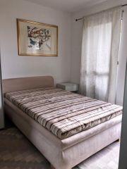 Neuwertiges Polsterbett mit Matratze und