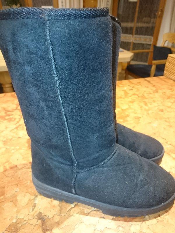 Schwarze Schuhe, Stiefel, Damen, Gr. 37, gefüttert, wenig getragen - Schechen - Die Schuhe, Stiefel sind gebraucht aber in einem guten Zustand, da sie wenig getragen wurden und meiner Tochter dieses Jahr zu klein sind. Sie sind schwarz und innen gefüttert mit Kunstfell, in der Gr. 37. Als Privatverkäufer schließe ich Ga - Schechen