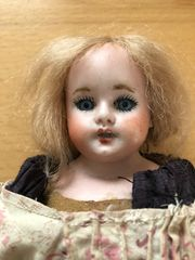 Kleine alte A M Puppe
