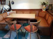 Holz-Eckbank mit Tisch und Stühlen