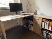 Schreibtisch mit integriertem Regal