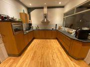 Küche in Holzoptik mit Elektrogeräten