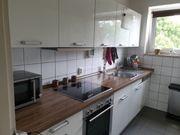 Hochwertige weiße Einbauküche mit Elektogeräten