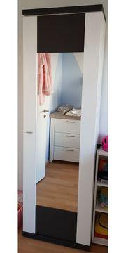 Kleiderschrank und Garderobe