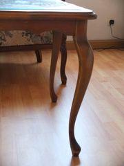 Couch-Tisch mit Glasplatte und Flechteinlage