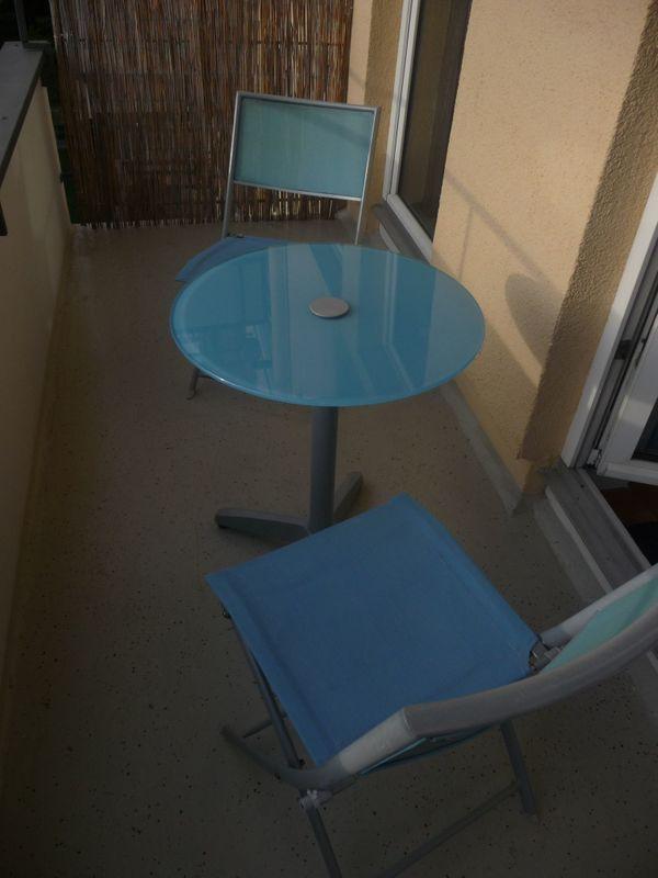 2 blaue Gartenstühle mit Tisch