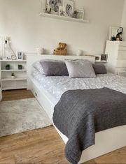Doppelbett mit Bettkasten und Nachttisch