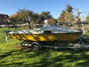 Segelboot mit Motor und Anhänger