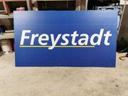 werbetafel mit Schriftzug Freystadt