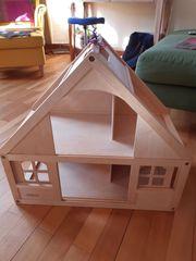 Neuwertiges Holz-Puppenhaus mit Schiebetür