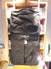 Kleidersack aus schwarzem Nylon