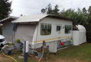 Feststehender Wohnwagen mit Hagelschutzdach
