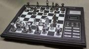Elektronisches Schachspiel mit integriertem Trainer