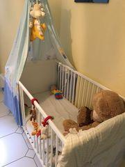 Schönes Babybett mit Hinmel Bettwäsche