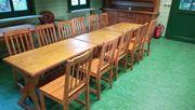 Massive Tische und Stühle