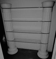 Regal mit griechischen säulen