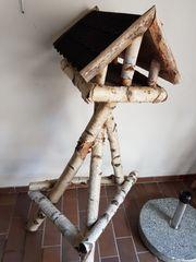 Vogelhaus selbst gebaut reparaturbedürftig an