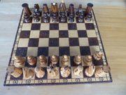 Schachbrett mit handgeschnitzten Holzfiguren