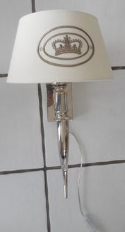 Wandlampe mit Kronenmotiv