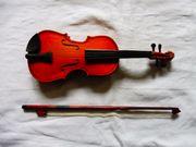 Geige im Geigenkasten und Bogen