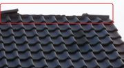 Dachdecker für eine Reparatur Dachziegel