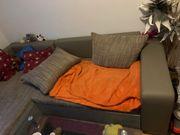 Schlafcouch und Wohnzimmer Tisch zu