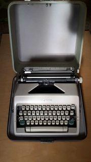 mechanische Schreibmaschine im Koffer