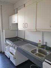 weiße Küche mit Elektrogeräten