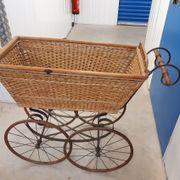 Antiker Kinderwagen für Garten oder