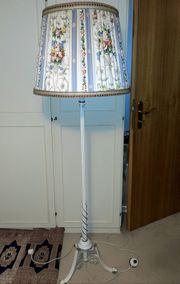 Stehlampe mit geblümtem Schirm und