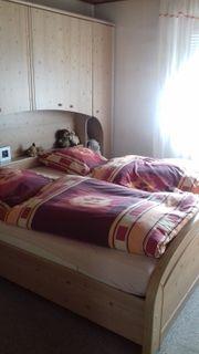 Schlafzimmer Doppelbett mit Überbau und