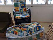 Gartenstühle mit Polsterauflagen und Servierwagen