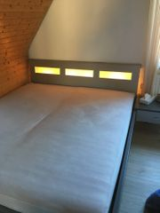 Doppelbett und Schrank
