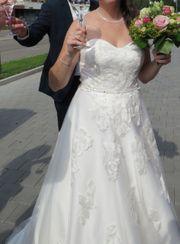 tolles Brautkleid mit wunderschöner Schleppe