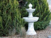 Brunnen aus Beton mit Pumpe