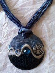 Kette und Ohrringe in dekorativer