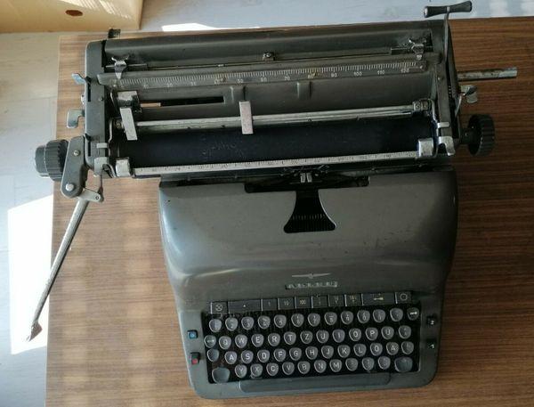 Alte Schreibmaschine - Adler