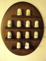 Porzellan-Fingerhut-Sammlung auf aufhängbarem Holz-Wandbrett